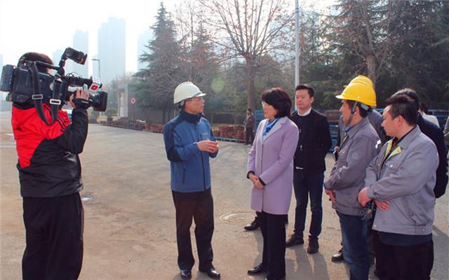 西玛电机有限公司总经理杨天利向李婧书记汇报环保工作
